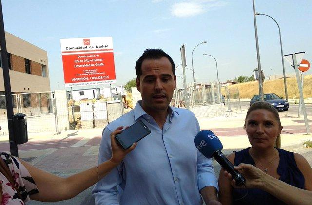El portavoz de Cs en la Asamblea, Ignacio Aguado, durante una visita a Getafe