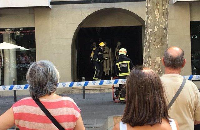 Incendio en tienda con actuación de bomberos