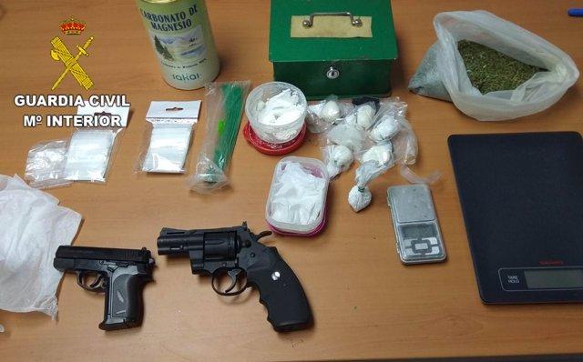 Droga y efectos ocupados por la Guardia Civil.