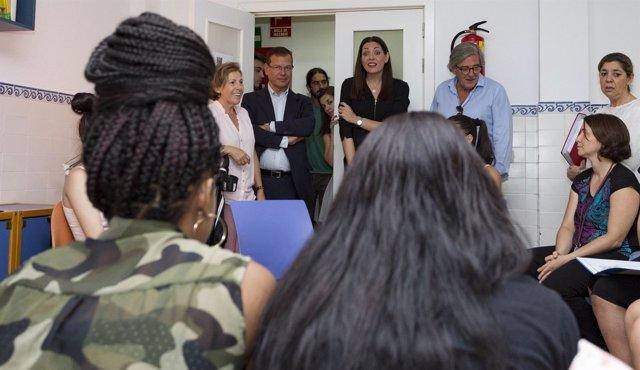 La consejera de Políticas Sociales, Lola Moreno, en la Residencia Norte