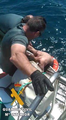 Rescate de uno de los polizones en Almería