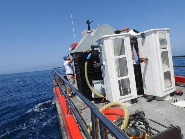 Barco contratado para la limpieza de las microalgas