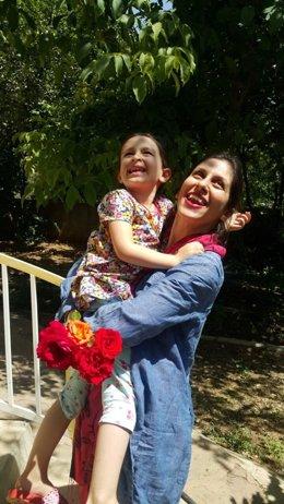 Nazanin Zaghari-Ratcliffe junto a su hija