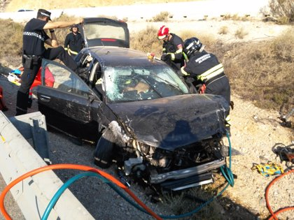 Herido grave el conductor de un turismo tras salirse de la vía y caer al vacío en Almería