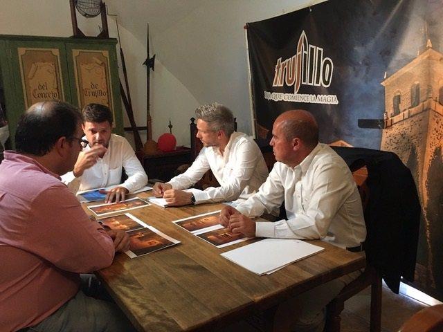 Miembros de la fundación Jaime de Jaraíz con el alcalde de Trujillo