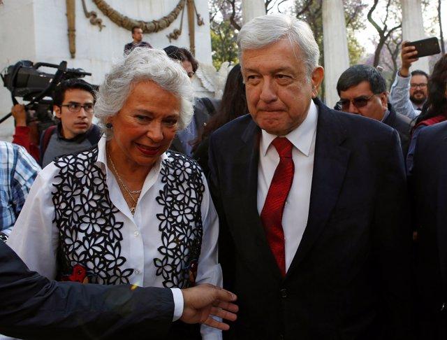 López Obrador junto con la futura secretaria de Gobernación, Olga Sánchez