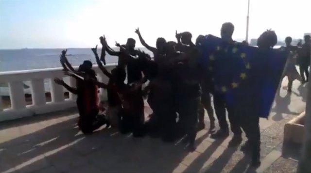 Migrantes celebran su salto a la valla de Ceuta