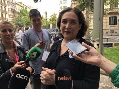 """Grupos de la oposición critican a Colau por su """"broma"""" sobre colgar y quitar lazos amarillos durante sus vacaciones"""