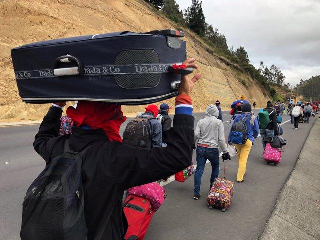 Migrantes venezolanos viajan desde Ecuador a Perú