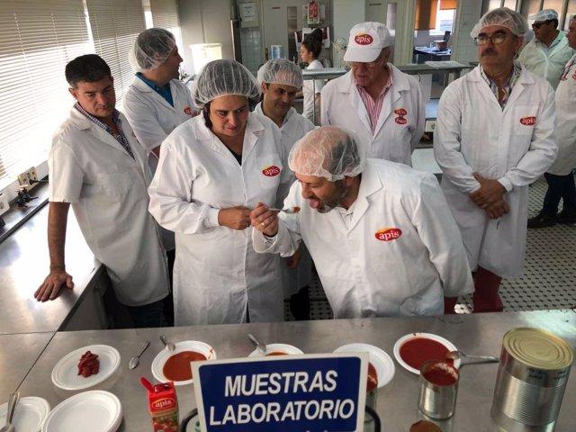 Begoña García en una planta de procesado de tomate en Montijo