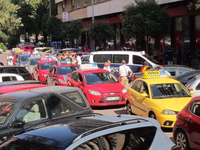 Las autoescuelas cacereñas protestan frente a la DGT