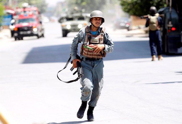 Policia afgano durante ataque en Jalalabad (Afganistán)