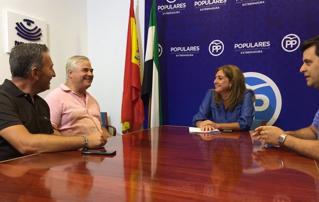 La diputada Pilar Pérez con los diputados afectados