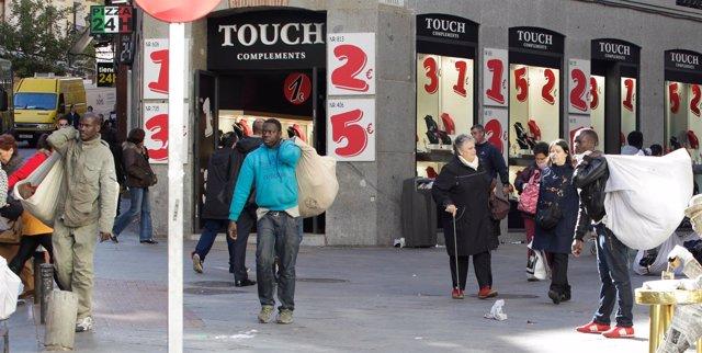 Manteros, top manta, inmigrantes, calle, gente paseando