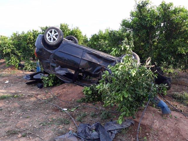 El coche quedó volcado sobre un campo
