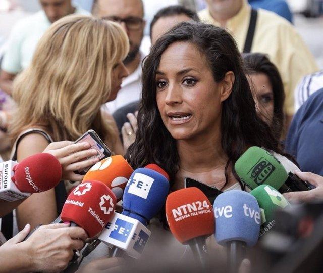 Begoña Villacís atiende a los medios de comunicación tras visitar Villaverde