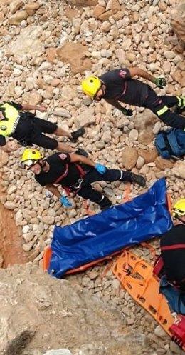 Los bomberos han subido a la afectada en camilla