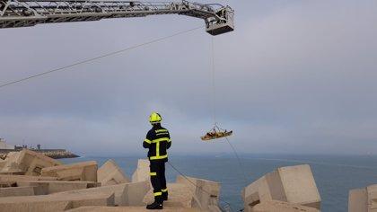 Rescatado un menor que se había precipitado a los bloques del espigón Mar de Leva en la Punta de San Felipe de Cádiz