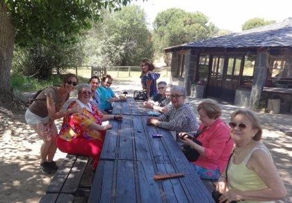 Mayores solos y voluntarios comparten vacaciones para luchar contra la soledad y establecer vínculos