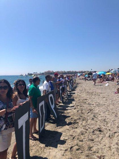"""""""Miles de personas"""" en una cadena humana contra fondeadero para el mar de Alborán"""