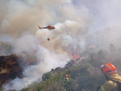 Quince aeronaves trabajan en el incendio de Cabezuela del Valle, en el que se han reactivado varios focos