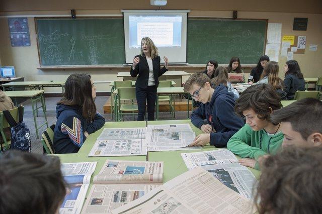 Alumnos, estudiantes, aula, prensa, periódicos, taller de lectura de prensa