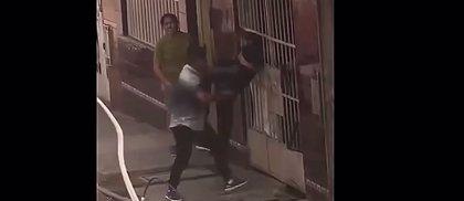 Un torpe ladrón queda atrapado entre rejas después de un intento de robo en Perú