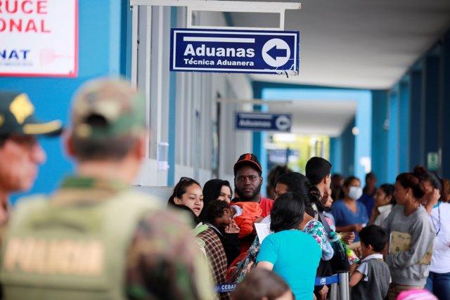 Migrantes venezolanos en la frontera de Ecuador con Perú