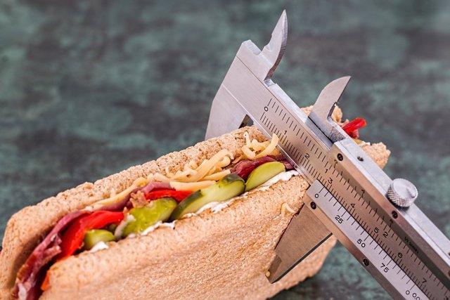 Expertos alertan de que las dietas restrictivas aumentan el riesgo de atracones