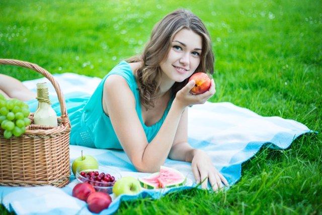 Tomar fruta. Dieta saludable. Chica comiendo una manzada