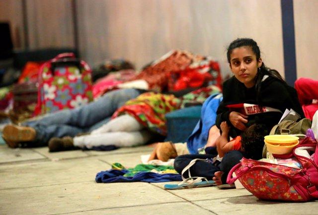 Venezolanos esperan en un centro peruano, en la frontera con Ecuador