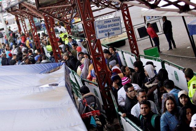Migrantes venezolanos esperando entre Colombia y Ecuador