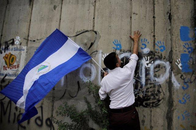 Manifestante con una bandera de Nicaragua