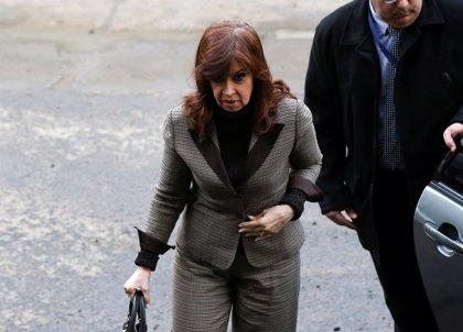 Fernández de Kirchner denuncia la incautación de su banda presidencial durante el registro de sus propiedades