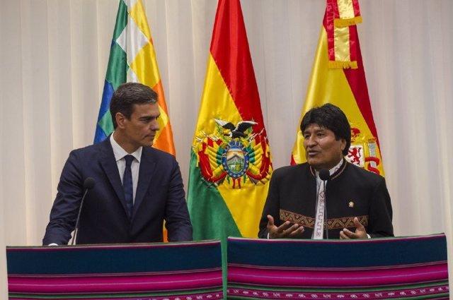 El presidente de Bolivia, Evo Morales, junto a Pedro Sánchez.