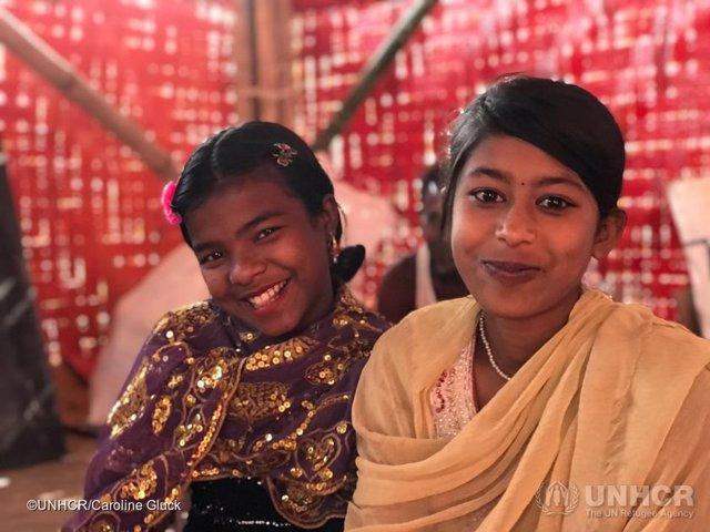 Dos niñas refugiadas rohingya en una escuela temporal en Bangladesh