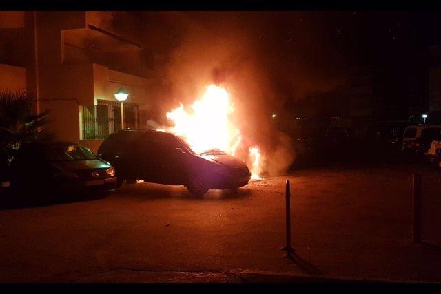 Uno de los vehículos ardiendo en La Manga