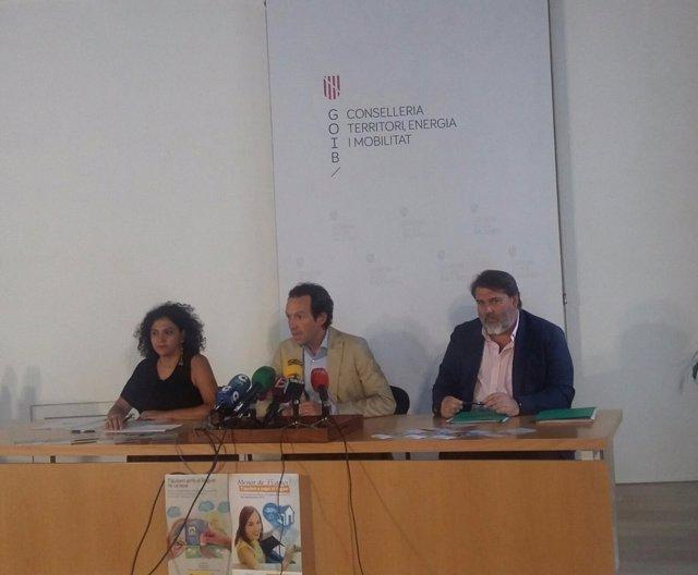 Conseller de Territorio, Marc Pons, al centro, en una rueda de prensa