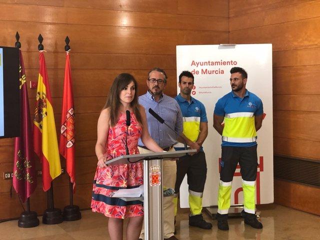 La concejal Rebeca Pérez presenta el dispositivo de limpieza de la feria