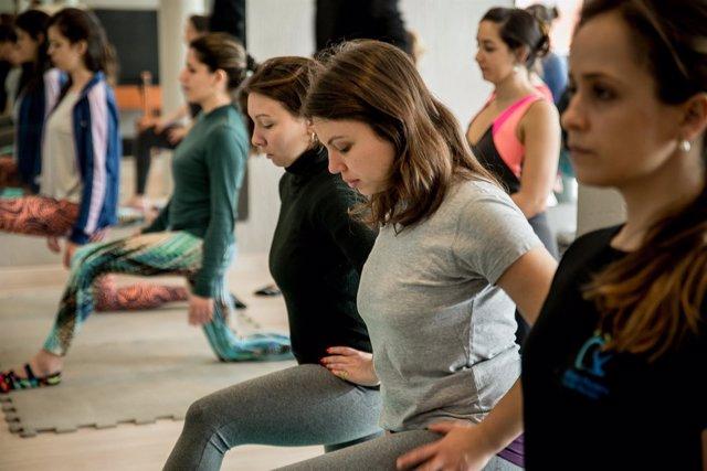 Mujeres embarazadas practican pilates, pilates, embarazo