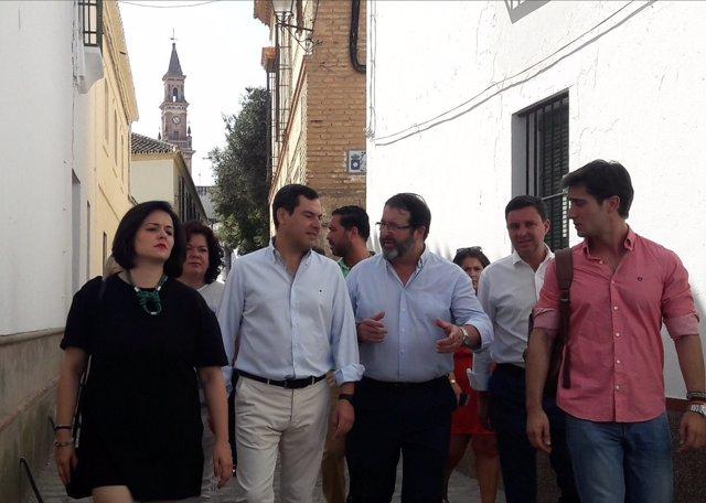 Juanma Moreno, junto a Virginia Pérez, durante una visita a Carmona
