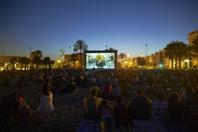 Playa de la misericordia durante el cine abierto