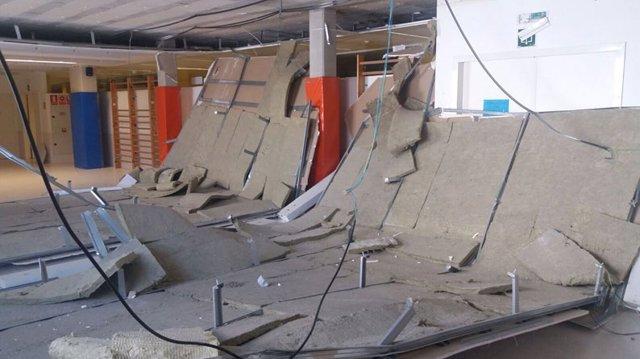 Desprendimiento del falso techo en el colegio.