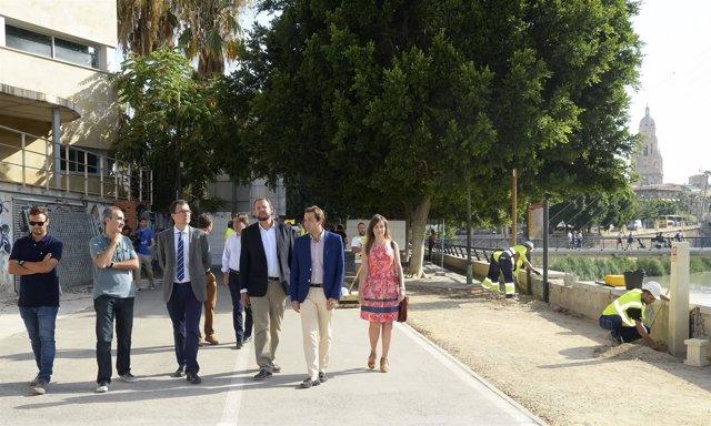 Ballesta visita  el inicio de los trabajos del paseo fluvial proyecto Murcia Río