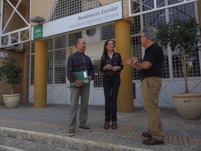 Fernández a las puertas de una de las residencias escolares