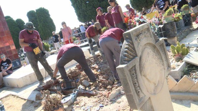 Trabajos de exhumación en la fosa 112 del cementerio de Paterna
