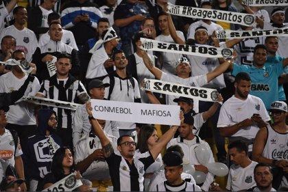 Suspenden el partido Santos-Independiente por altercados entre los aficionados