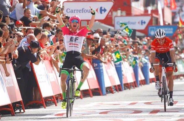Clarke gana la etapa de La Vuelta a España 2018 con final en Roquetas de Mar.