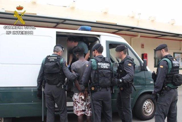 Detención de diez inmigrantes por el salto de la valla de Ceuta el 26 de julio