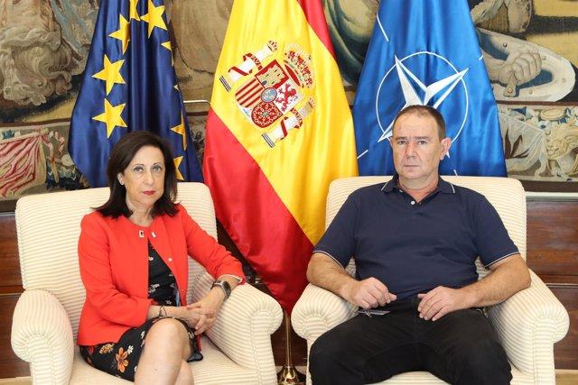 La ministra de Defensa, Margarita Robles, con Alejandro Clemente